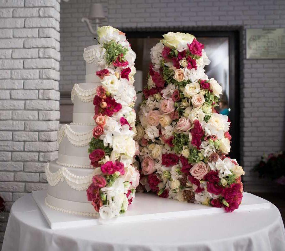 Украшение живыми цветами торта17