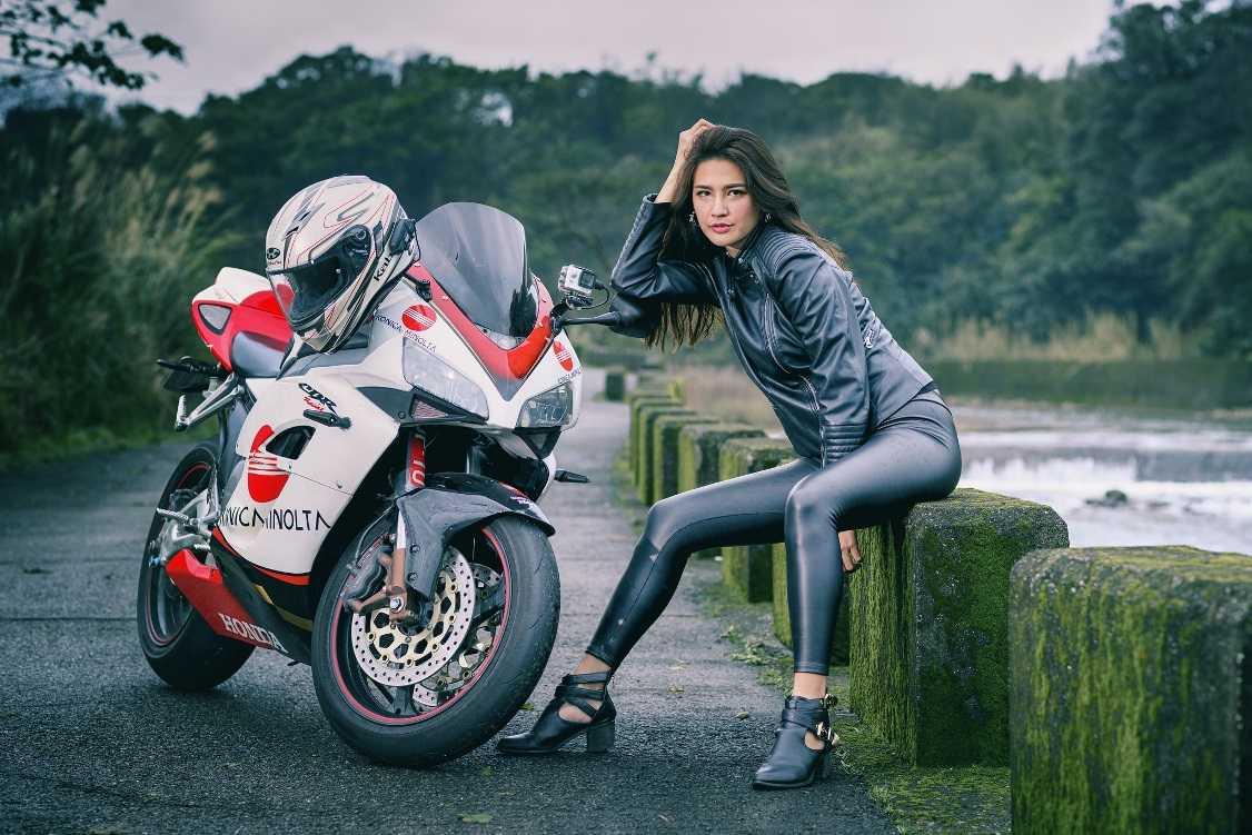 Фотосессия на мотоцикле девушки