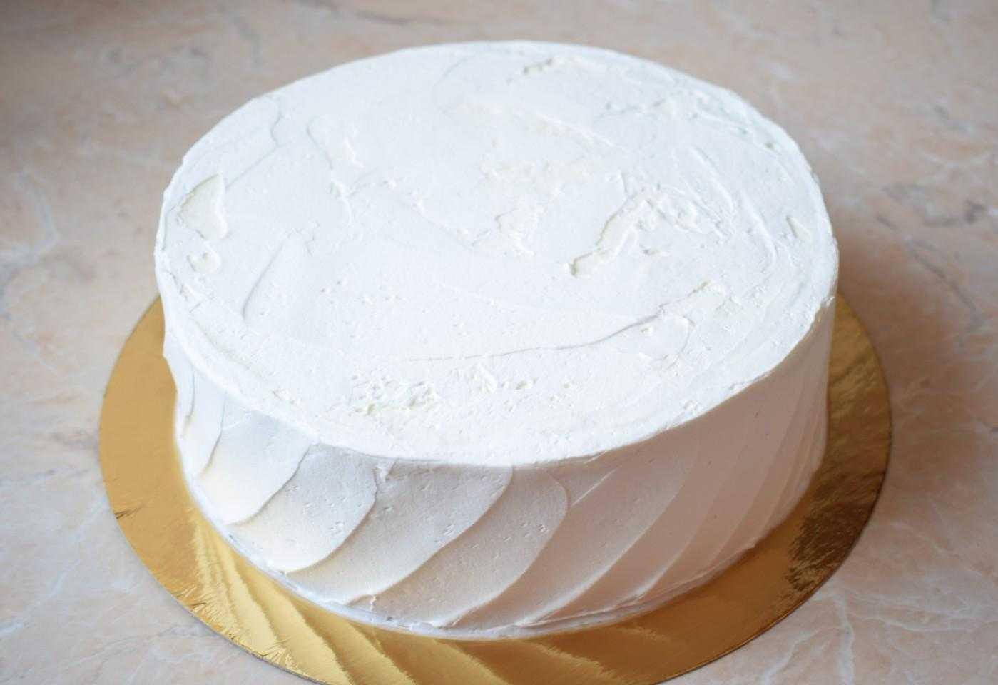 Украшение живыми цветами торта1