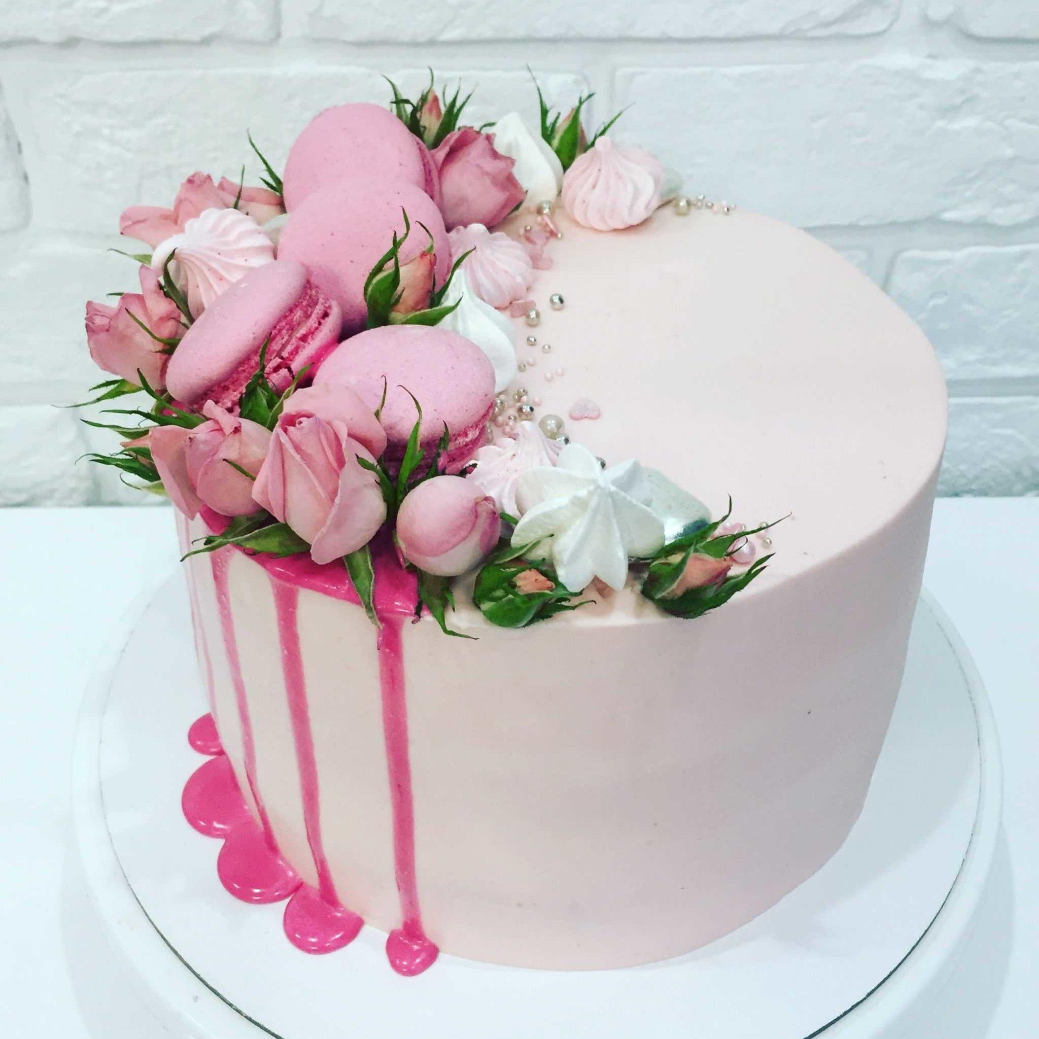 Украшение живыми цветами торта11