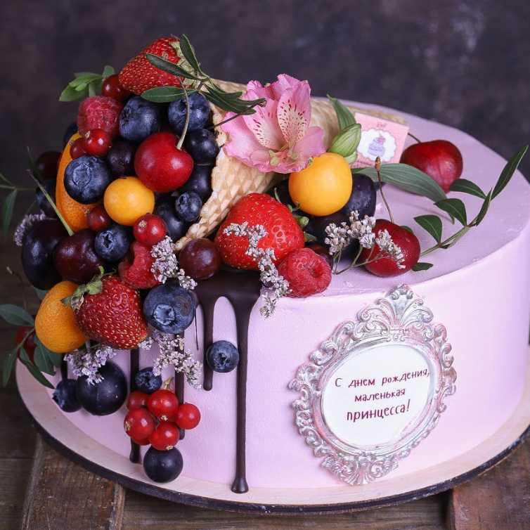 Украшение живыми цветами торта13
