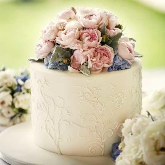 Украшение живыми цветами торта15