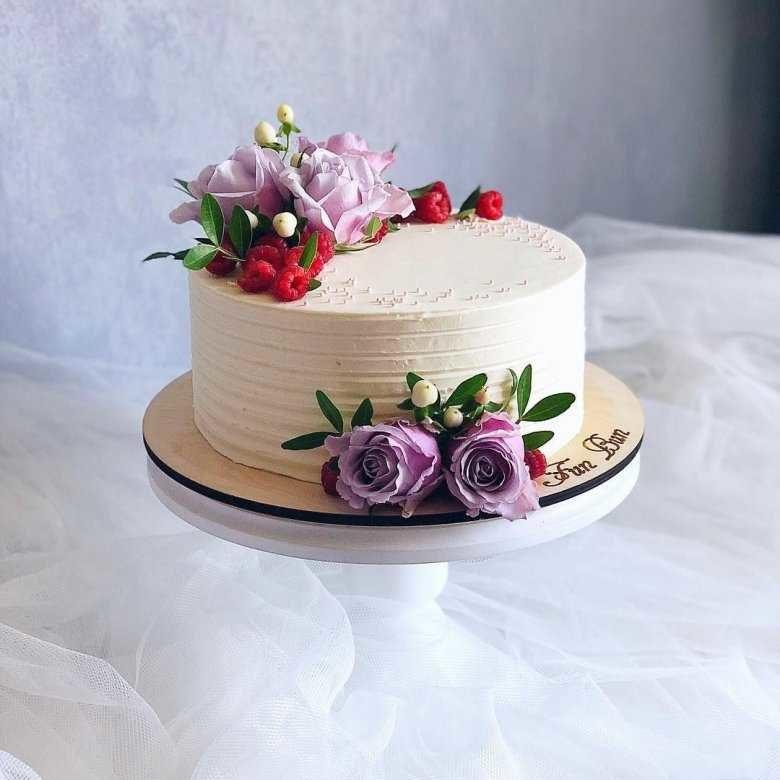 Украшение живыми цветами торта2