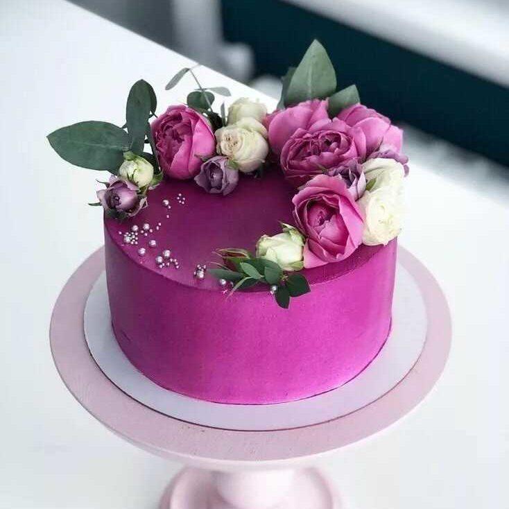 Украшение живыми цветами торта4